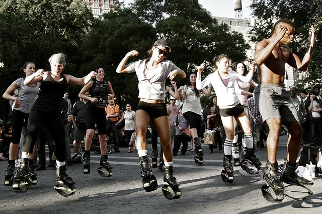 Groupe de sportifs chaussés de Kangoo Jumps.