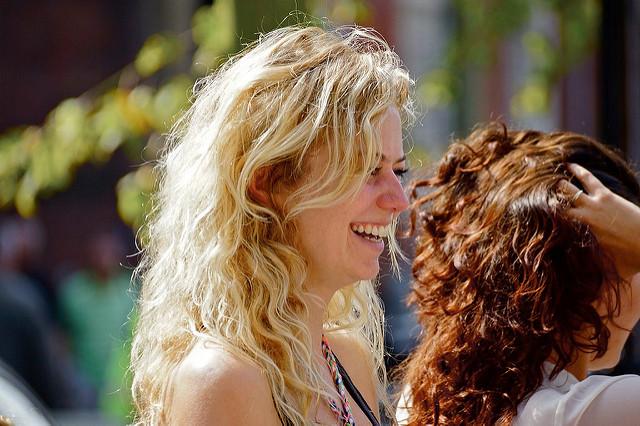 Deux femmes aux chevelures naturelles.
