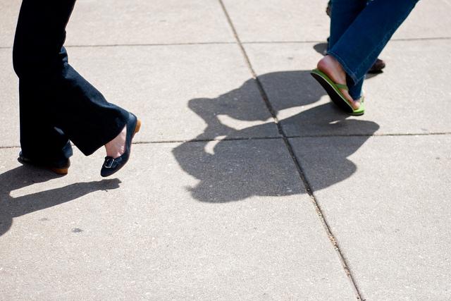 Des pieds de danseurs et danseuses.