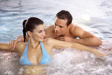 Un couple dans un spa.