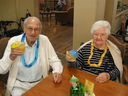 Deux personnes âgées qui lèvent leur verre.