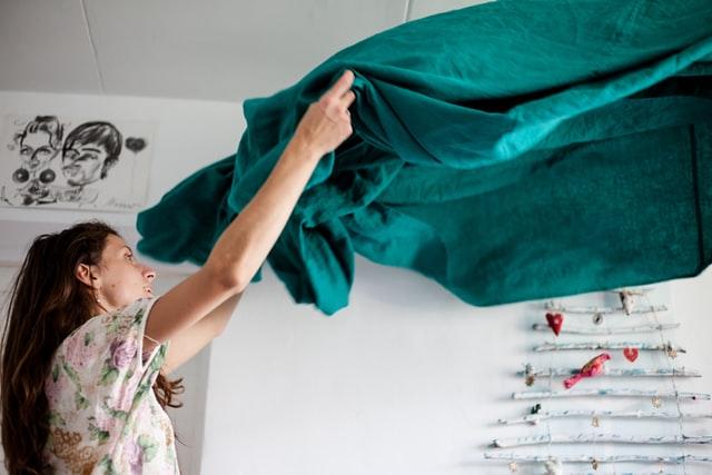 Femme qui fait son lit