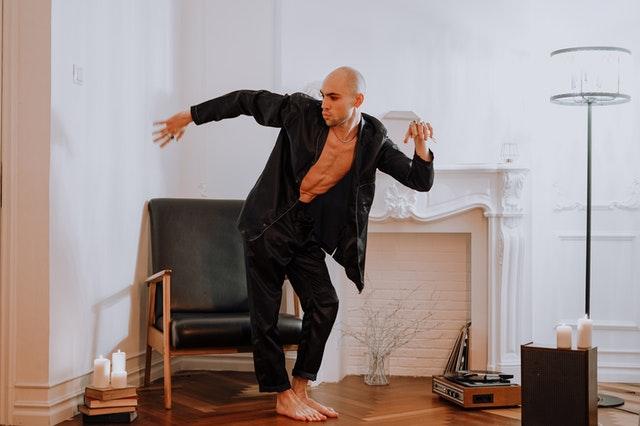 Homme qui danse dans son salon.